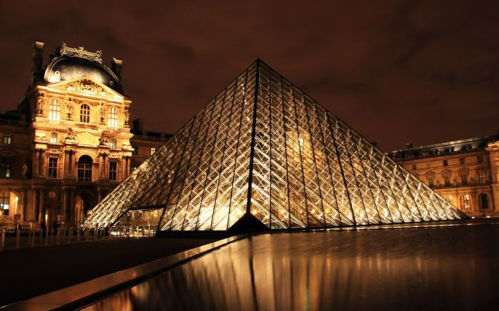 louvre_museum_at_night_in_paris_city-wide