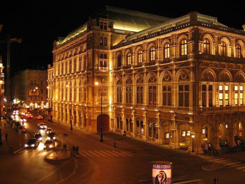 Wien_Staatsoper_am_Abend_ruackansicht
